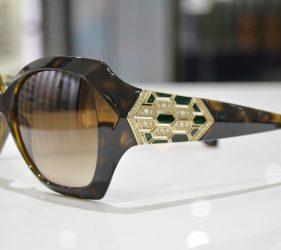 Vista lateral de la gafa de sol de Bvlgary modelo 8182-B 977:13 57-17